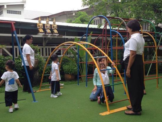 คุณครูและพี่เลี้ยงคอยดูแล โรงเรียนอนุบาล โรงเรียนเด็กเล็ก พี่เลี้ยงเด็ก เนอสเซอรี่ อนุบาลติดBTS รับเลี้ยงเด็กเล็ก