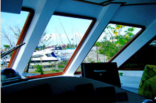 กระจกโค้งเรือ - อาณาจักร-กระจกโค้ง - กระจกนิรภัย  กระจกกรองแสงอาคาร  กระจกกรองแสง  ฟิล์มกรองแสง  กระจกรถยนต์  กระจกโค้งเรือ  หน้าต่างเรือ