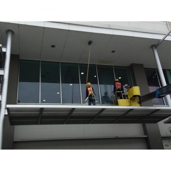 เช็ดกระจกอาคารสูง เช็ดกระจกอาคารสูง  งานโรยตัวทำความสะอาดกระจกอาคารสูง  ทำความสะอาดกระจกบ้าน  งานยิงซิลิโคนอุดรอยรั่วขอบกระจก