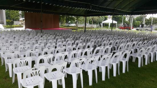 หนึ่งเต้นท์รามอินทรา - เก้าอี้ขาว
